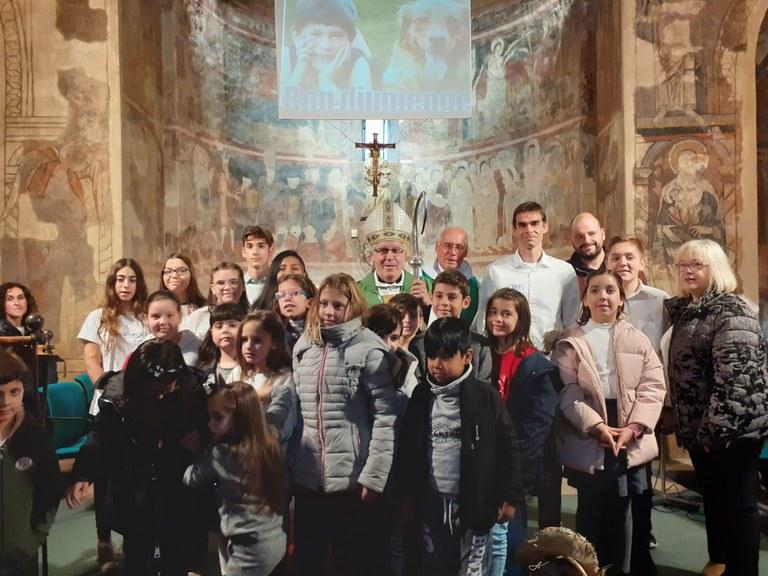 A la foto s'hi van afegir els nens i nenes de la catequesi