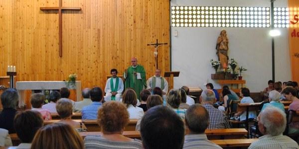 Mons. Saiz Meneses celebra la missa a la nova parròquia del Roser