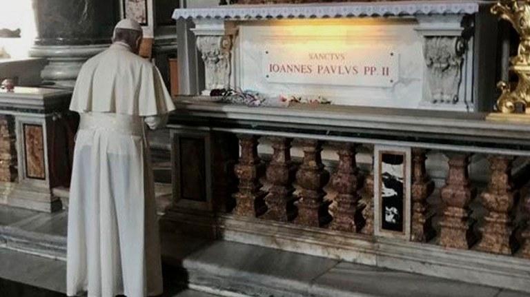 El Francisco ante la tumba de San Juan Pablo II