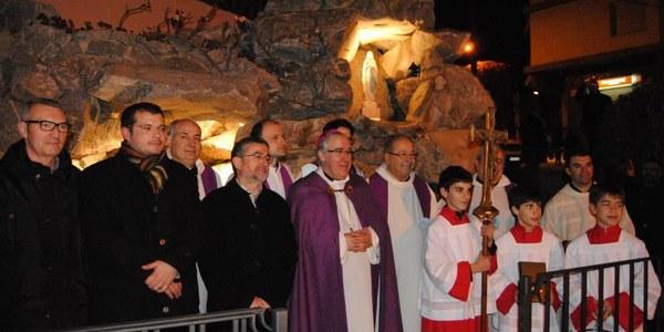 Mons Saiz Meneses bendice una gruta de la Virgen de Lourdes en Sant Celoni