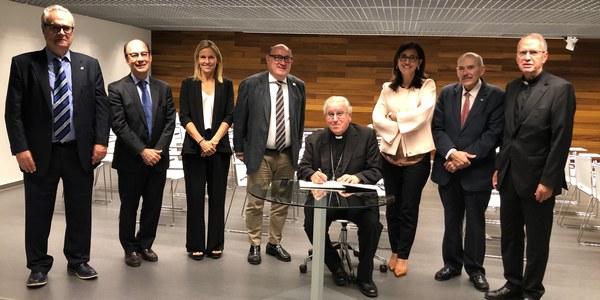 Mons. Saiz Meneses visitó la Clínica Universitaria Odontológica de la Universidad Internacional de Cataluña en el Campus de Sant Cugat.